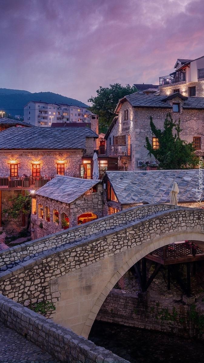 Domy przy moście w mieście Mostar