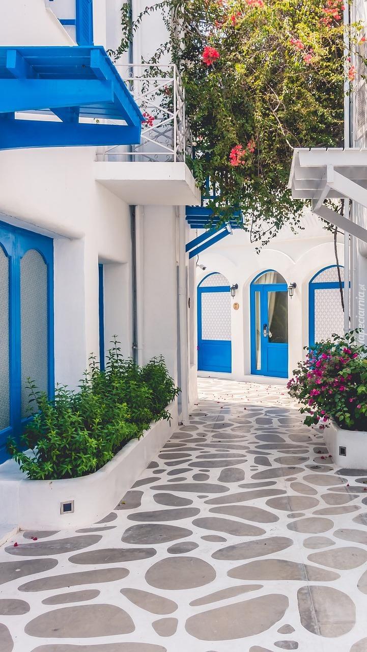Domy przy uliczce w Santorini