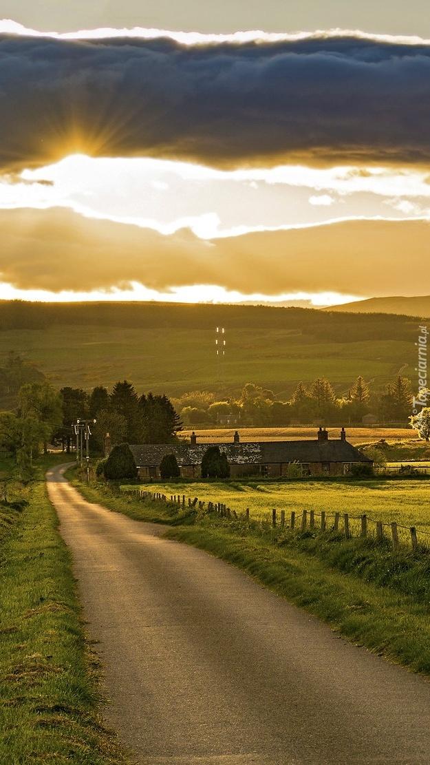 Domy przy wiejskiej drodze