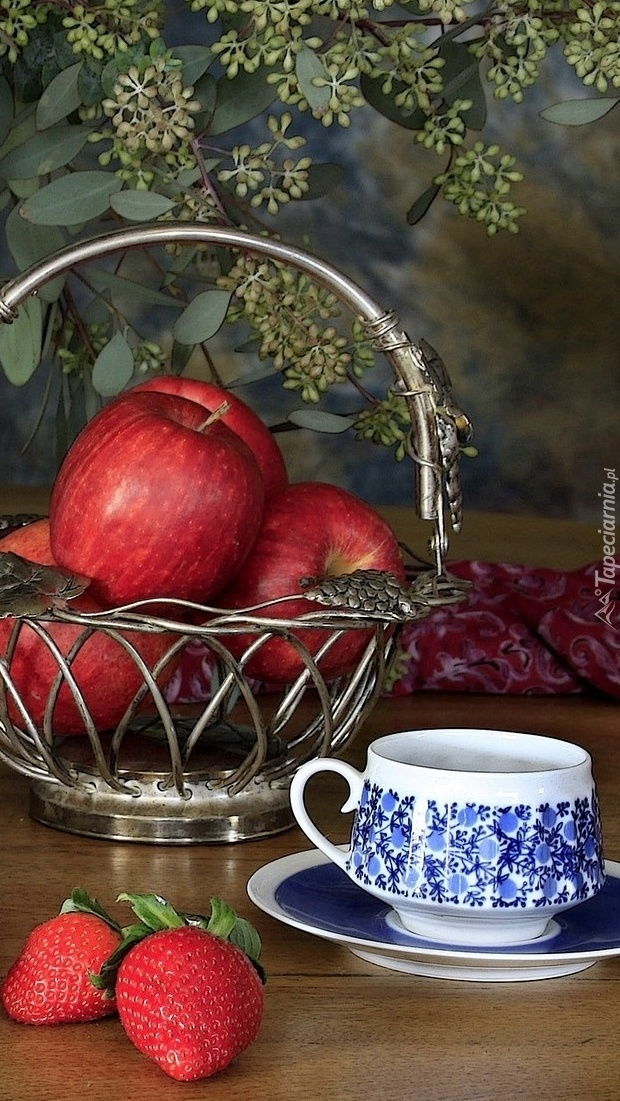 Dorodne jabłka w koszyku