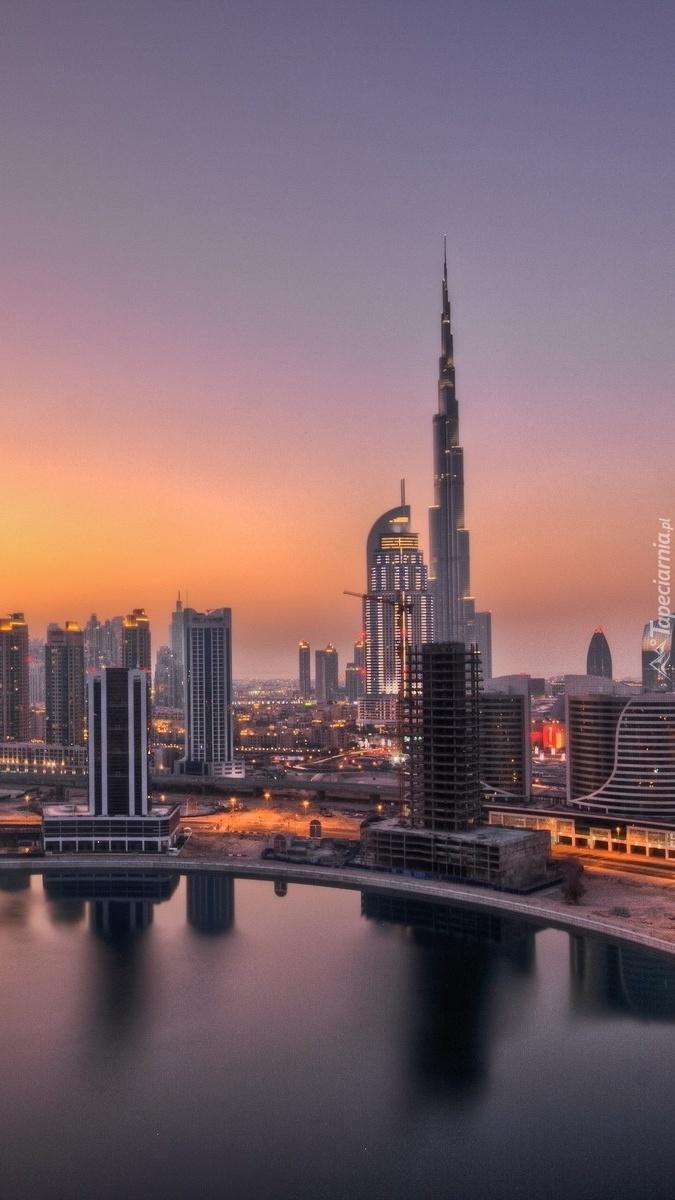 Drapacze chmur w Dubaju w blasku wschodzącego słońca