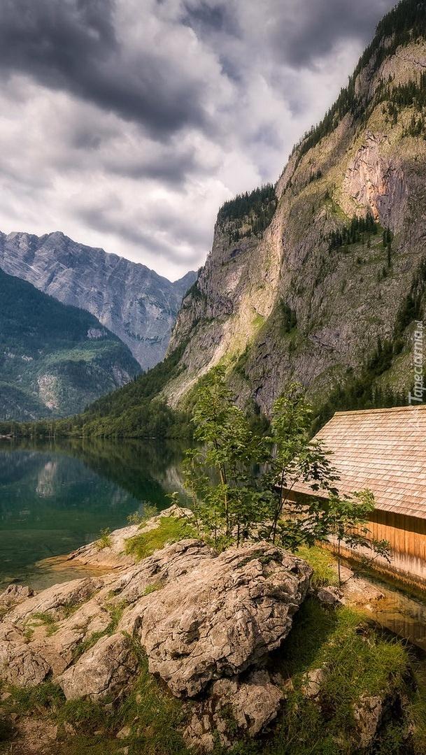 Drewniana szopa na tle gór
