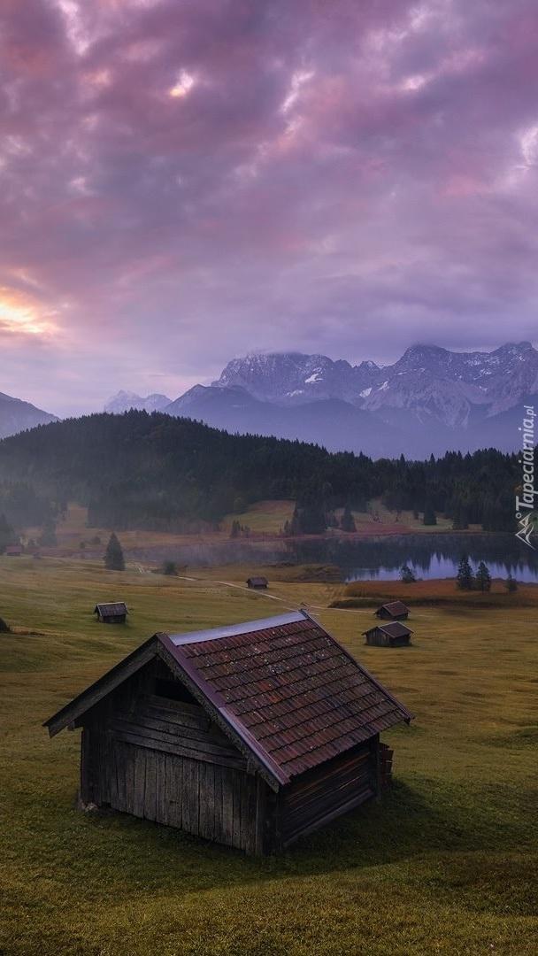 Drewniane domki niedaleko jeziora Geroldsee