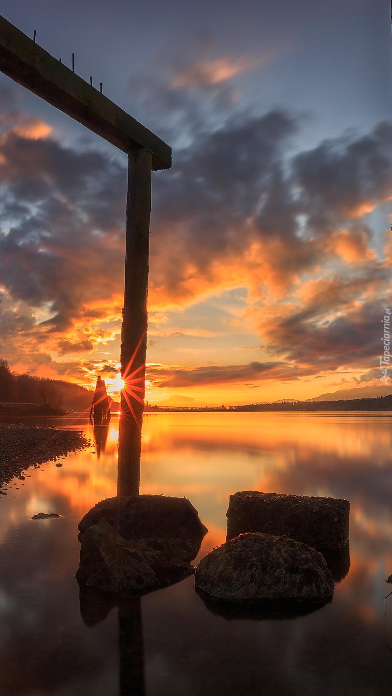 Drewniane filary w zatoce