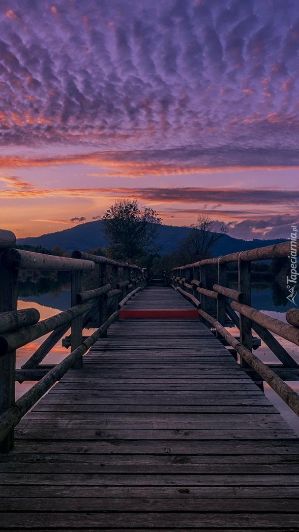 Drewniany most nad jeziorem