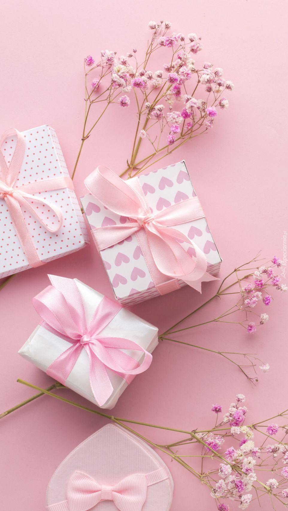 Drobne kwiatki obok prezentów