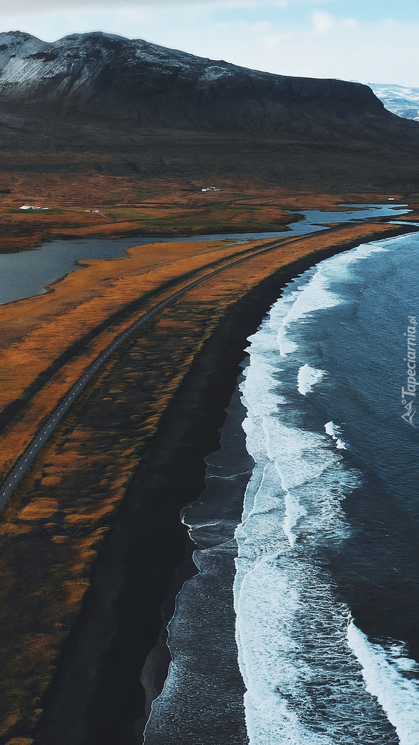 Droga nad morzem i góry w tle