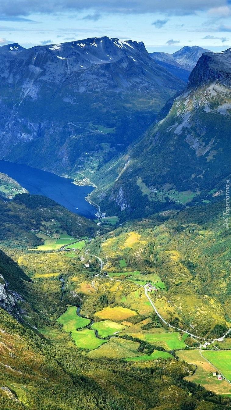 Drogi w górskiej dolinie