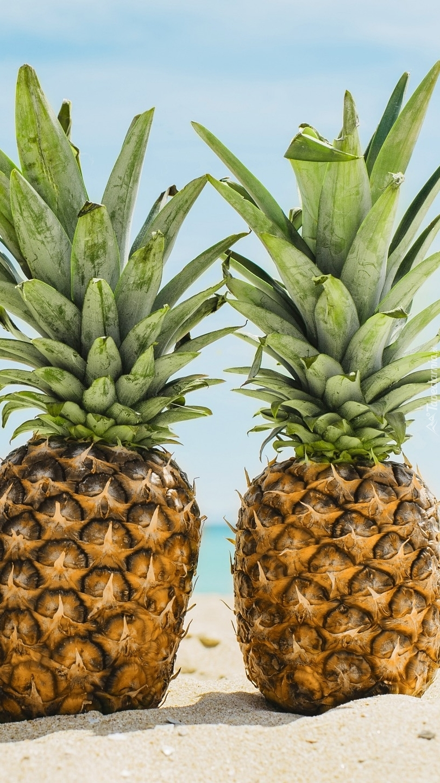Dwa ananasy na piasku