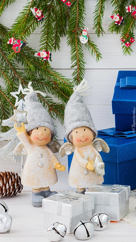 Dwa aniołki przy prezentach