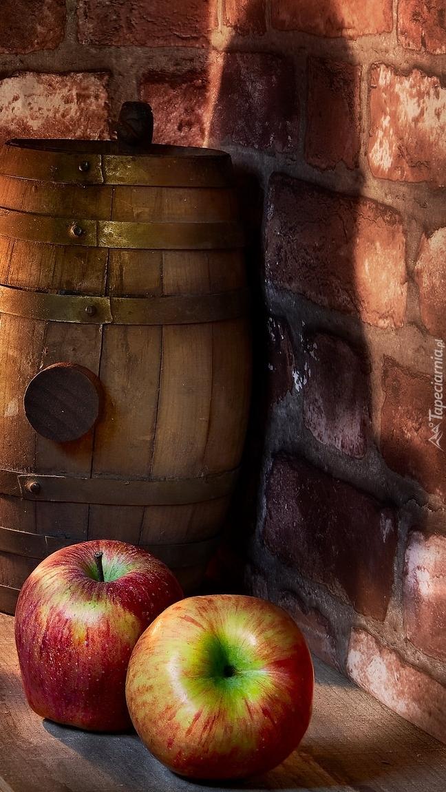 Dwa jabłka przy antałku