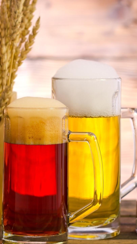Dwa kufle piwa z pianką