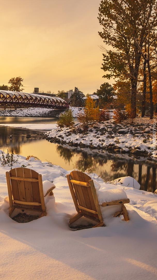 Dwa zaśnieżone krzesła nad rzeką Bow