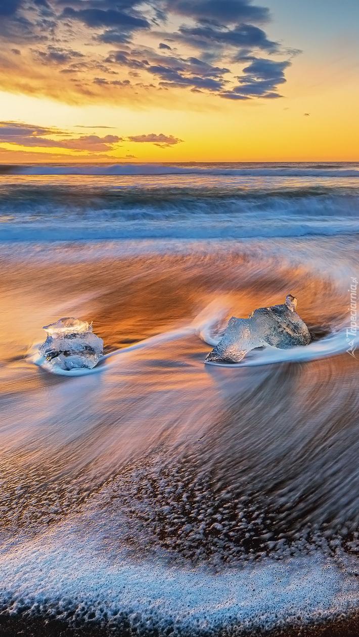 Dwie bryły lodu w morzu