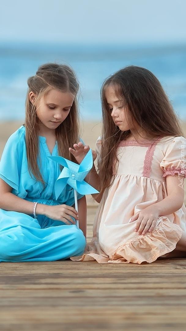 Dwie dziewczynki z wiatraczkiem