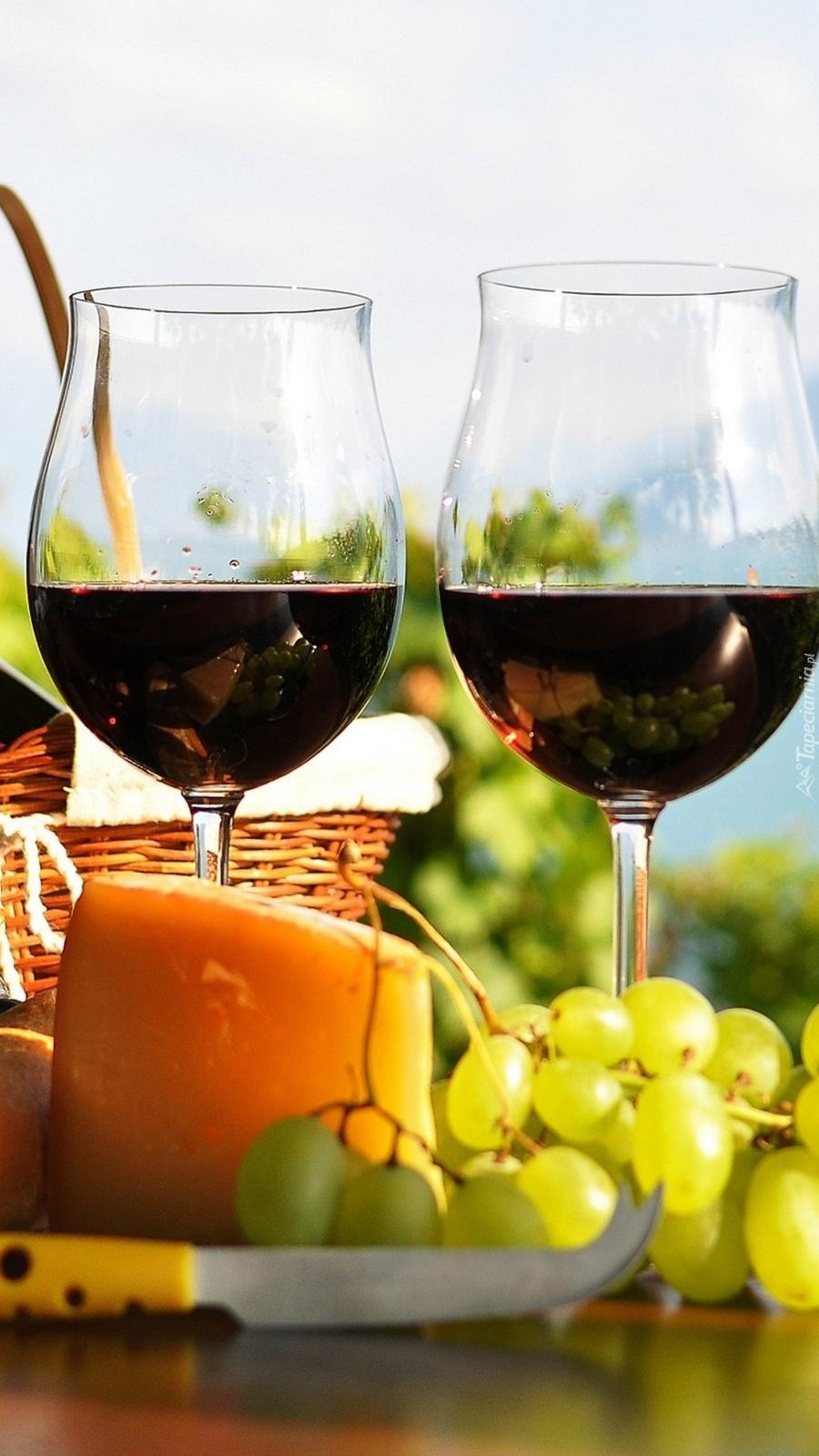 Dwie lampki czerwonego wina