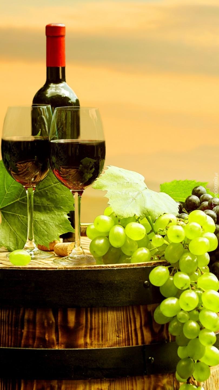 Dwie lampki wina na beczce