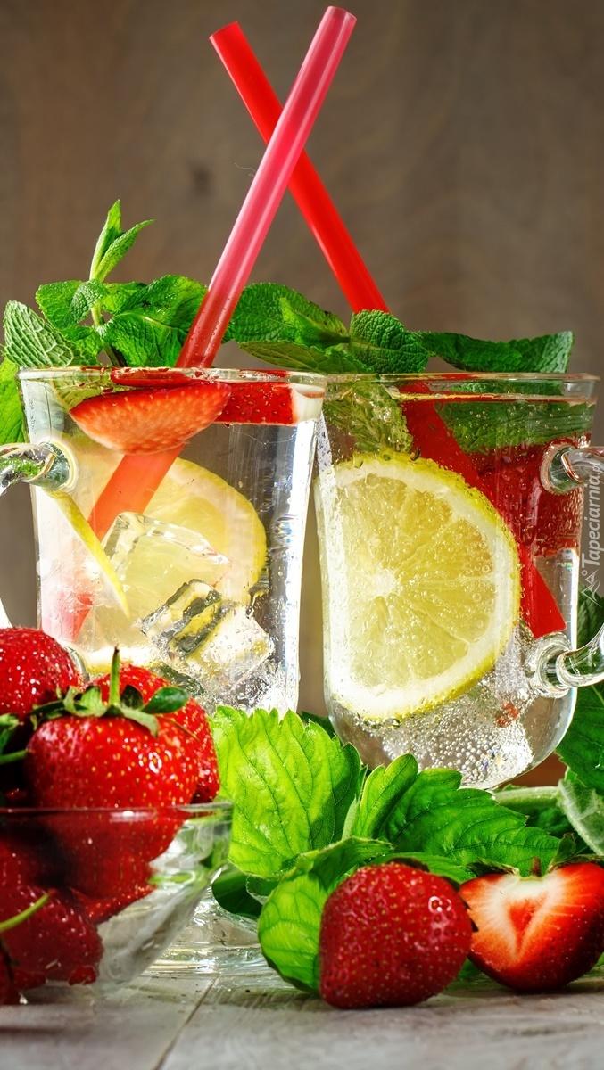 Dwie szklanki lemoniady z owocami