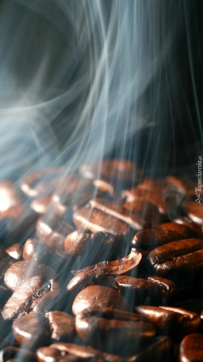 Dymiące ziarna kawy