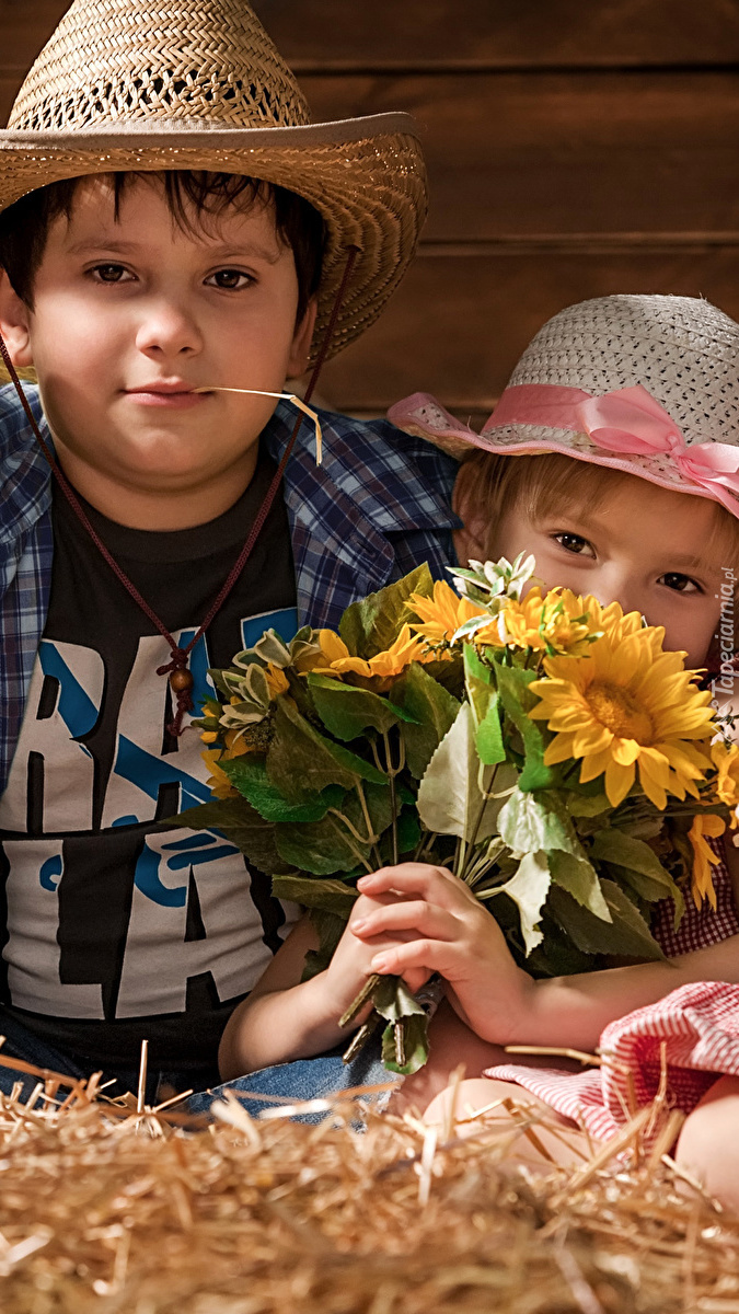 Dzieci na sianie z kwiatami