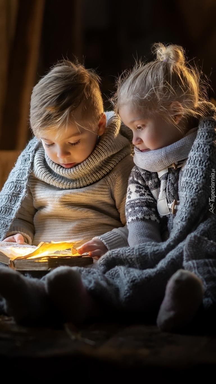 Dzieci nad książką