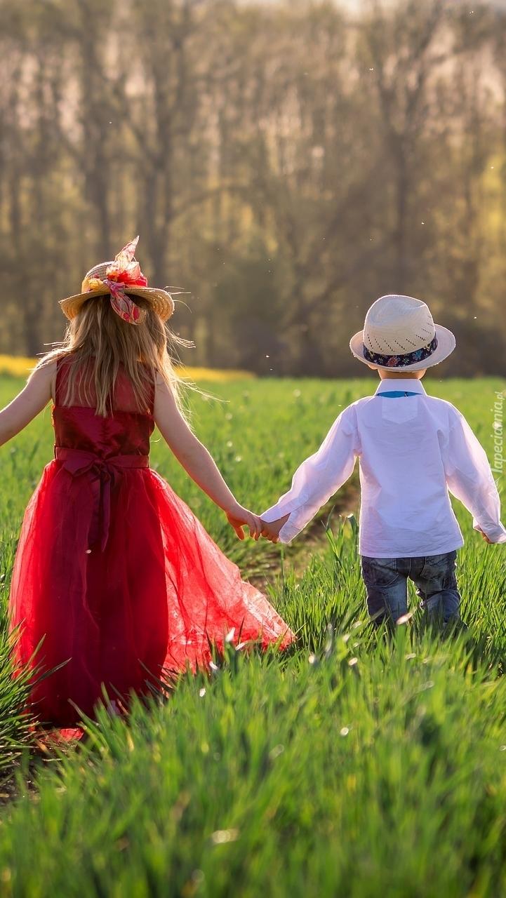 Dzieci w kapeluszach na łące