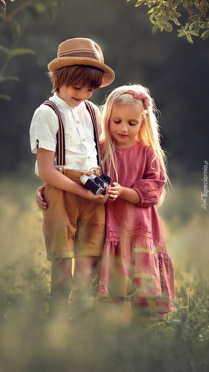 Dzieci z aparatem fotograficznym