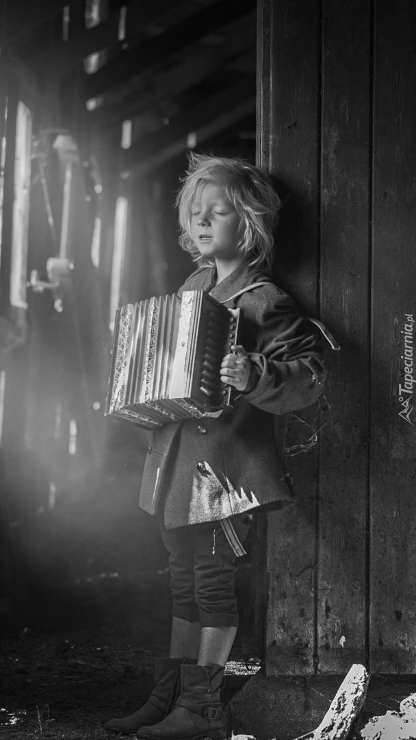 Dziecko grające na akordeonie