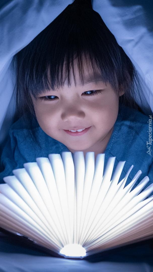 Dziecko z rozświetloną książką