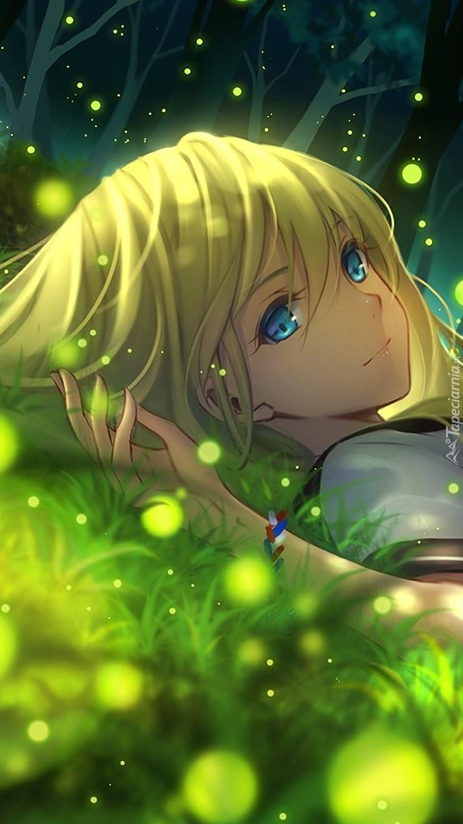 Dziewczyna leży na zielonej trawie
