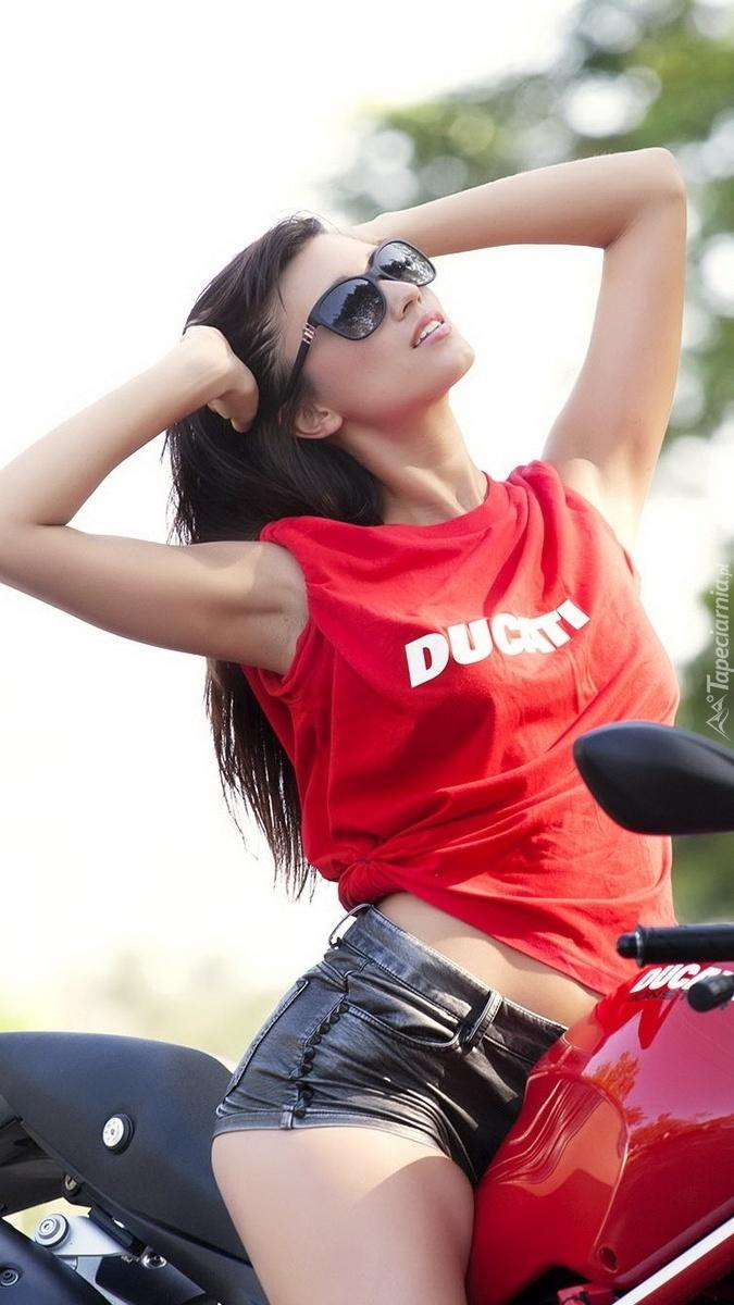 Dziewczyna na motocyklu w okularach