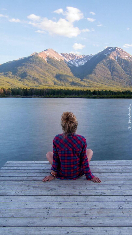 Dziewczyna na pomoście z widokiem na góry