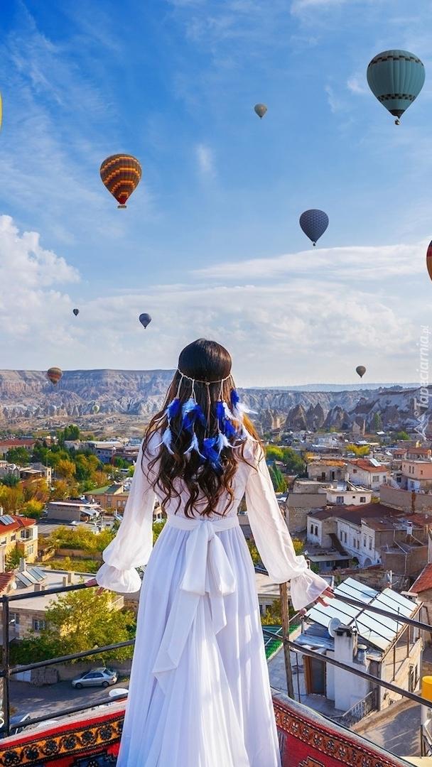 Dziewczyna patrząca na balony nad Kapadocją