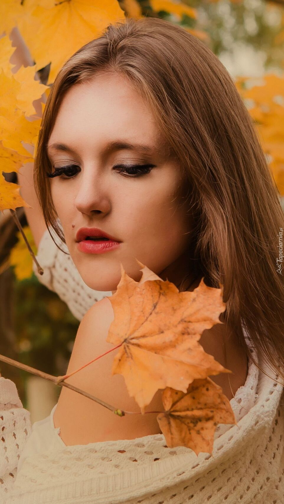 Dziewczyna patrząca na liść