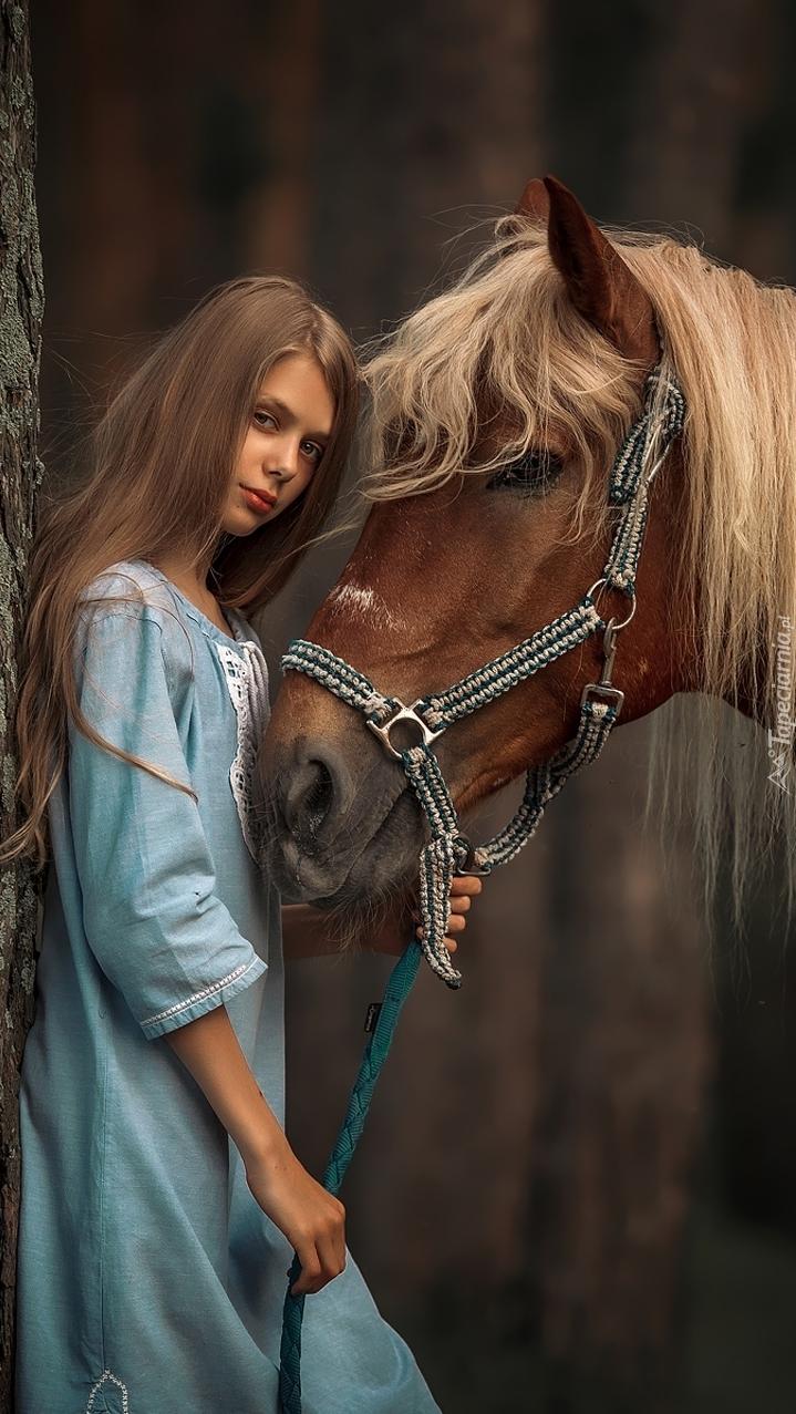 Dziewczyna przy koniu