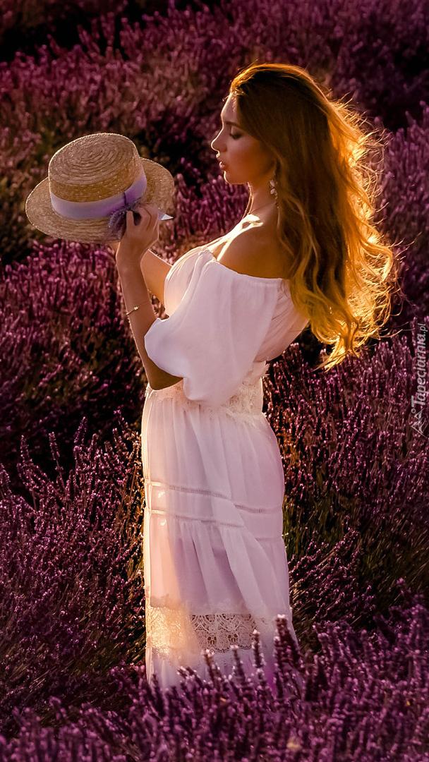 Dziewczyna w białej sukni na polu lawendy