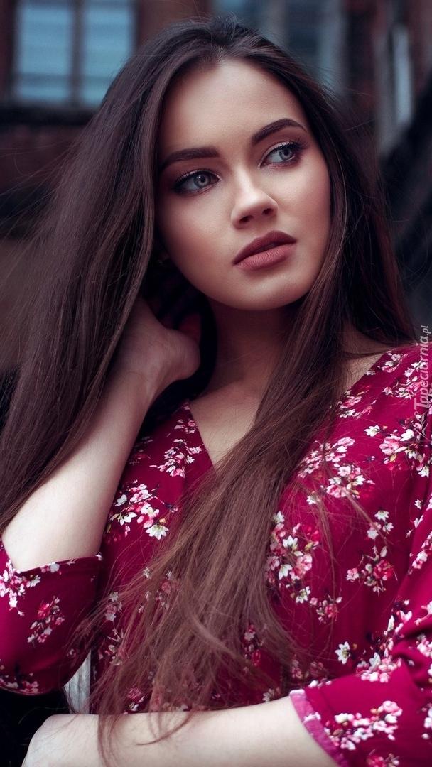 Dziewczyna w bordowej sukience