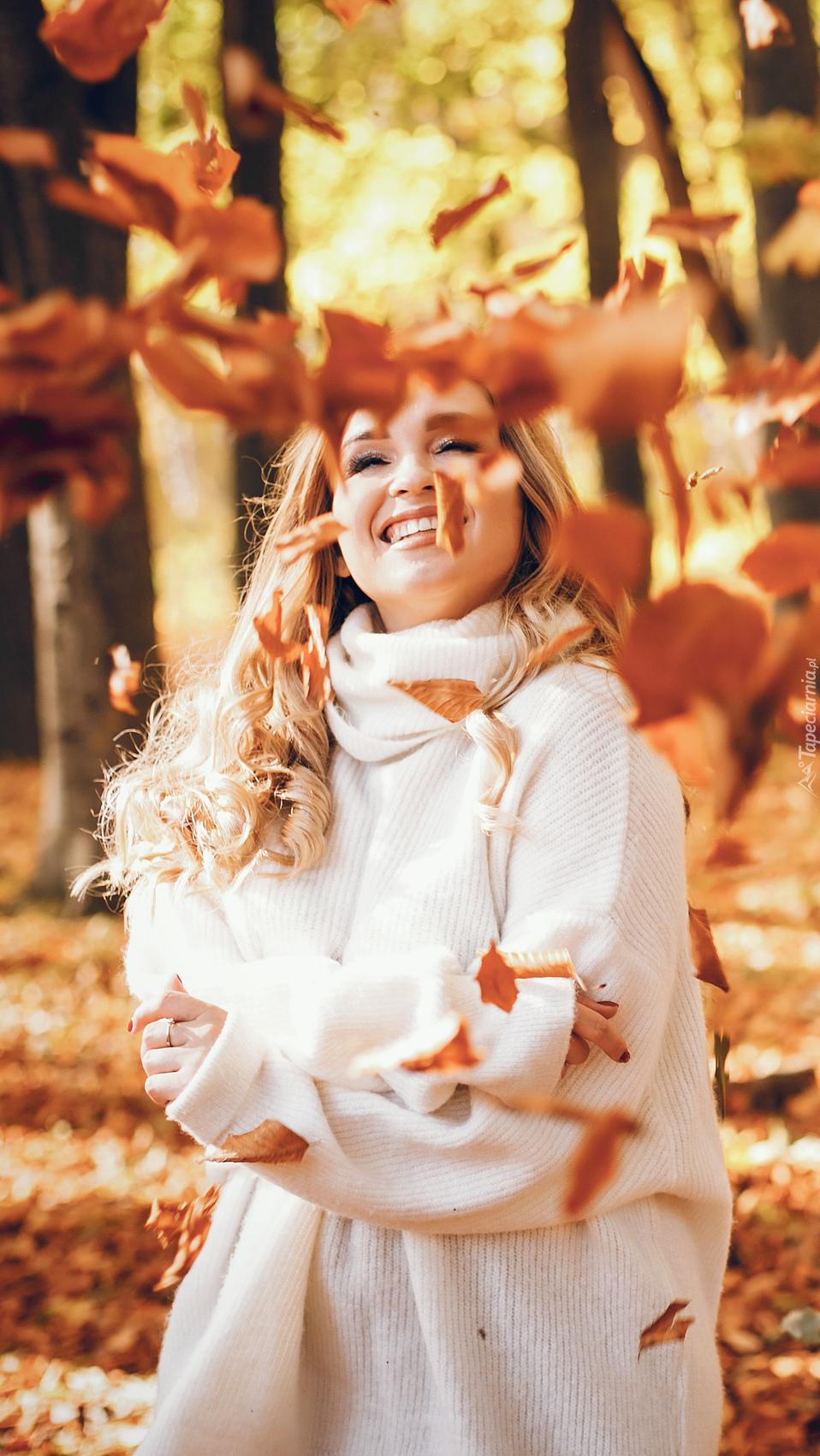 Dziewczyna w jesiennym parku