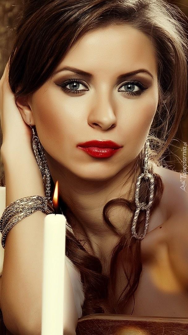 Dziewczyna w makijażu i biżuterii