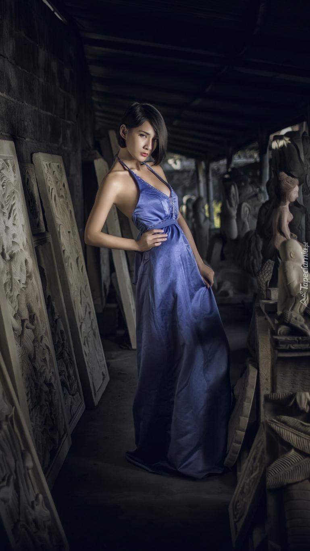 Dziewczyna w niebieskiej sukience
