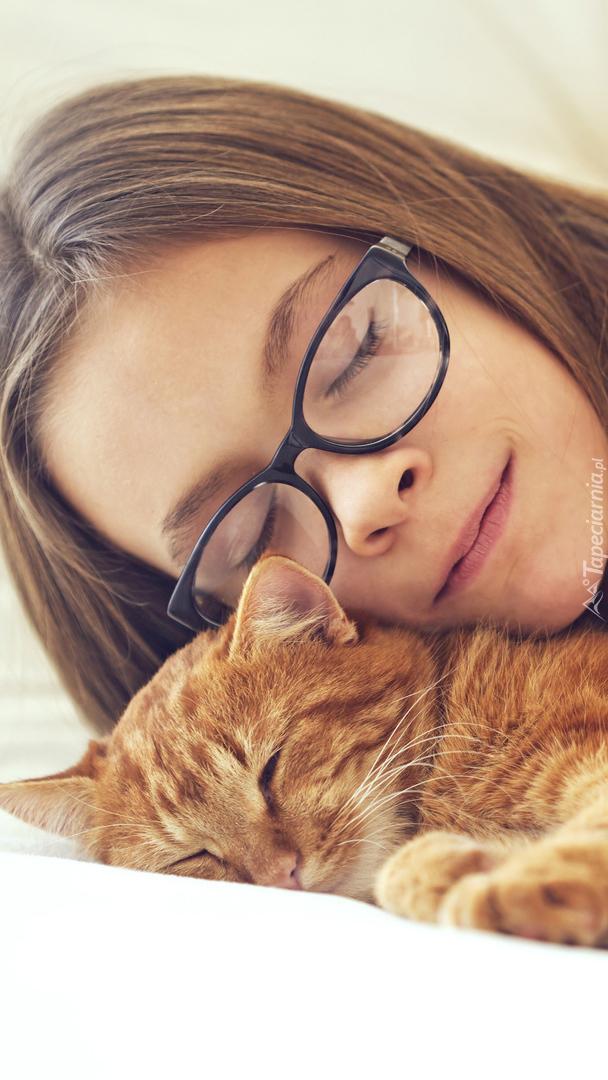 Dziewczyna w okularach i rudy kot