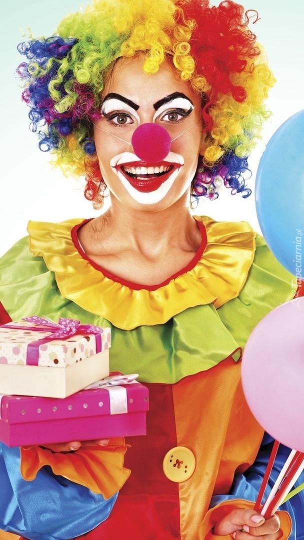 Dziewczyna w stroju klauna