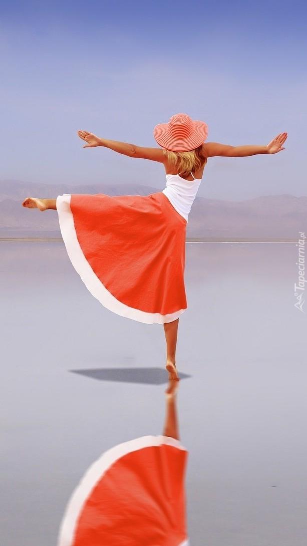 Dziewczyna w tańcu na wodzie