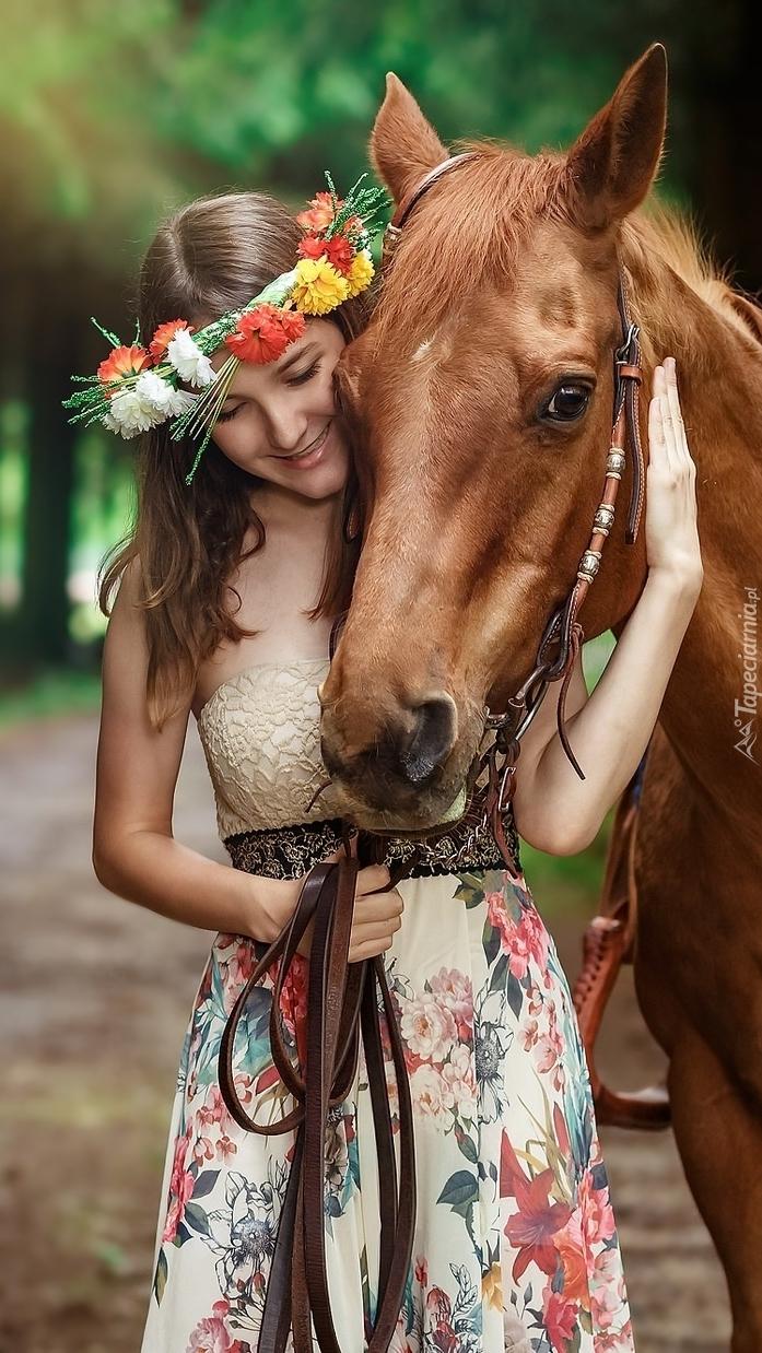 Dziewczyna w wianku z koniem
