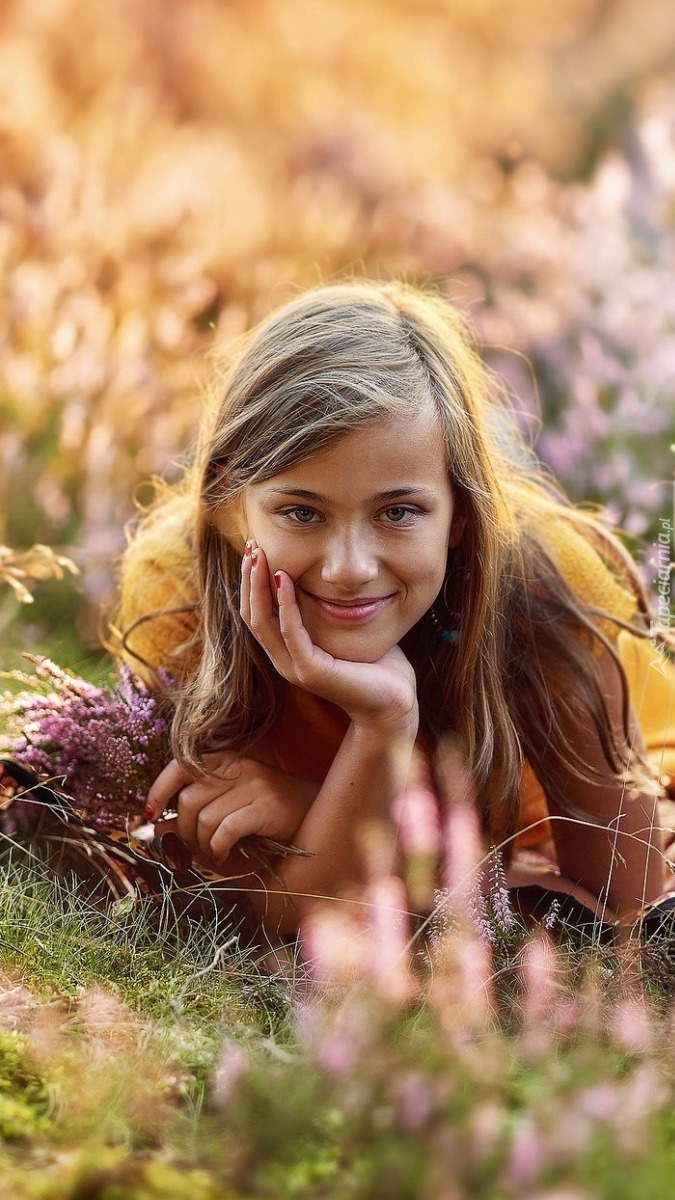 Dziewczyna wśród kwiatów i roślin