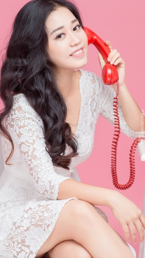 Dziewczyna z czerwonym telefonem