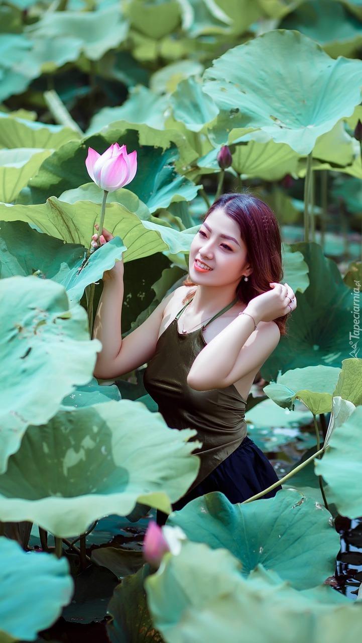 Dziewczyna z kwiatem lotosu