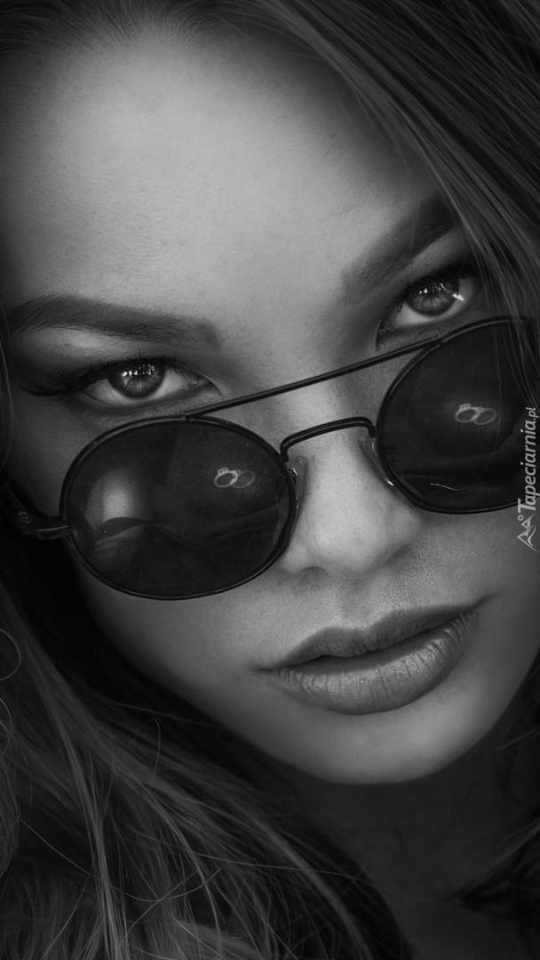 Dziewczyna z okularami