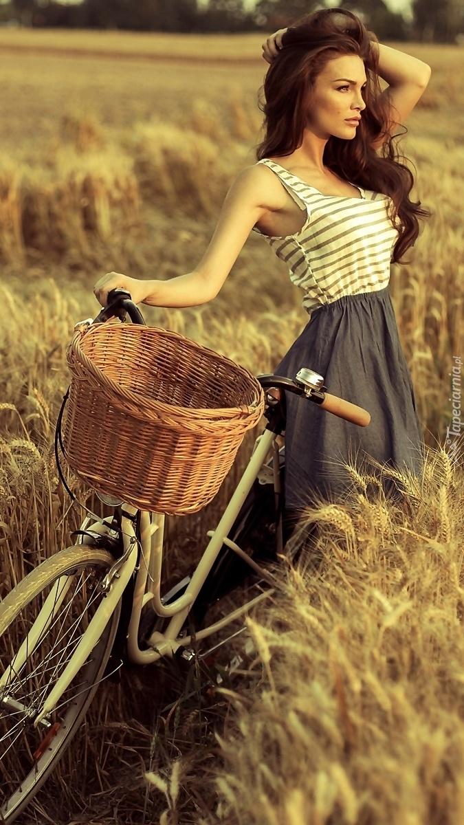 Dziewczyna z rowerem na polu