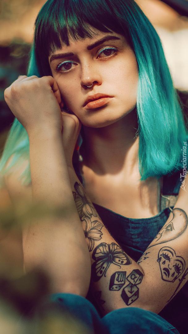 Dziewczyna z tatuażem i turkusowymi włosami